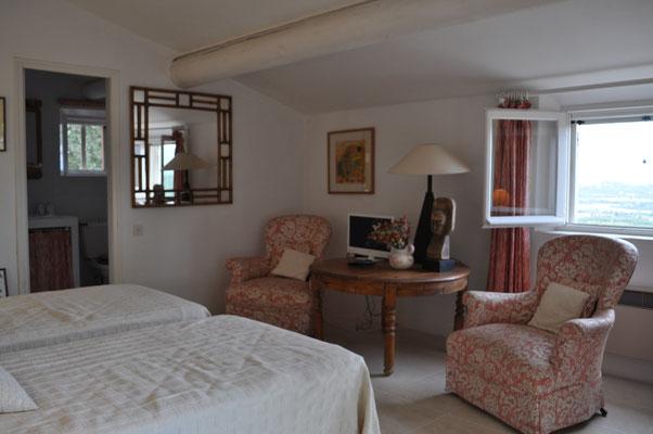 Rosa Haus - Ansicht des Wohnschlafzimmers mit Zugang zum Bad