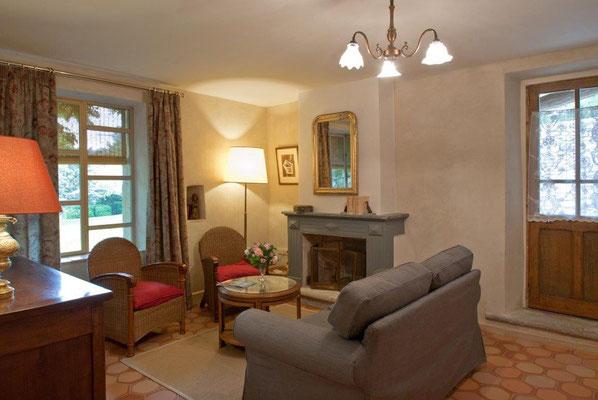 Zéa - der gemütliche kleine Wohnbereich des Ferienhauses mit Fenster zum Garten ...
