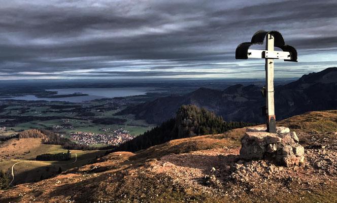 Laubenstein Gipfelkreuz mit Blick auf den Chiemsee