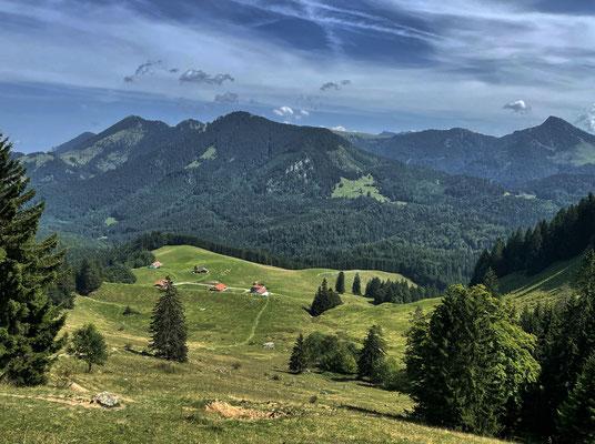 Blick beim Heuberg-Gipfelanstieg zurück auf den bisherigen Verlauf der Tour