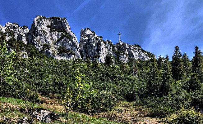 Das Gipfelkreuz der Kampenwand vom Südwandsteig aus