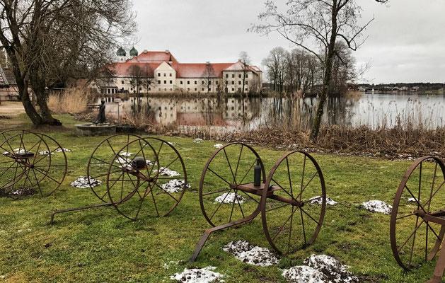 Sechs Karren von Ute Lechner und Hans Thurner vor dem Kloster Seeon
