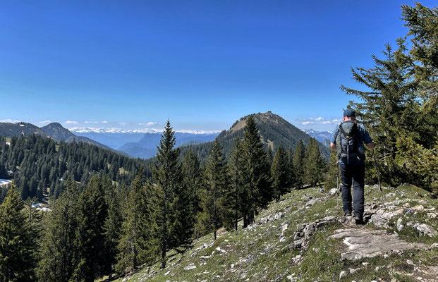 Abstieg vom Riesenberg mit der Hochries im Blick