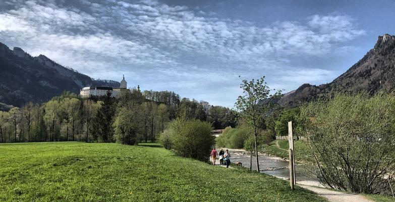 Blick von der Prien auf Schloss Hohenaschau
