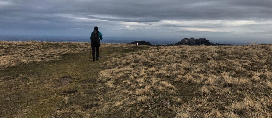 Auf dem Weg zur Rossalm taucht am Horizont die Kampenwand auf
