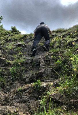 Leichte Kletterei beim Abstieg vom Karkopf