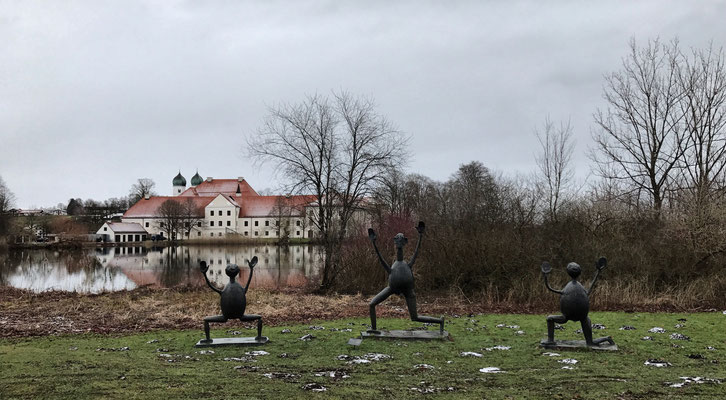 Skulpturen von Heinrich Kirchner vor dem Kloster Seeon