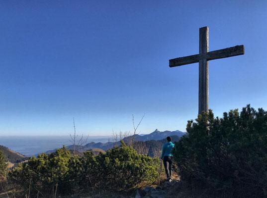 Nicht das Gipfelkreuz, sondern ein Kreuz kurz unterhalb des Gipfels