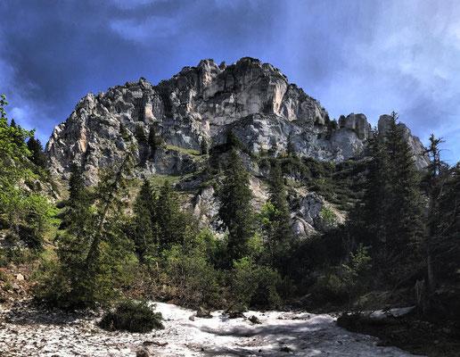 Der Felsriegel des Kampenwand-Gipfelmassivs vom Südwandsteig aus