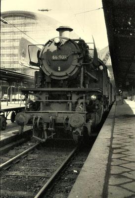 Frankfurt Hbf 1963: Lok 66 001 Bw Giessen vor Eilzug Frankfurt-Siegen-Hagen
