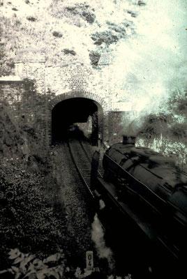 Mitte der 50er Jahre fährt eine P10 des Bw Dillenburg vor einem D-Zug Richtung Giessen in den eingleisigen Giersberg-Tunnel in Siegen ein (Aufnahme: Eberhard Jung, Weidenau)