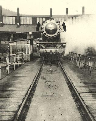 Lok 23 012 wurde 1950 fabrikneu von Henschel an das Bw Siegen geliefert, hier in ihrem Heimat-Betriebswerk 1956 (Aufnahme: Sammlung Waldemar Weishaupt, Eisern).
