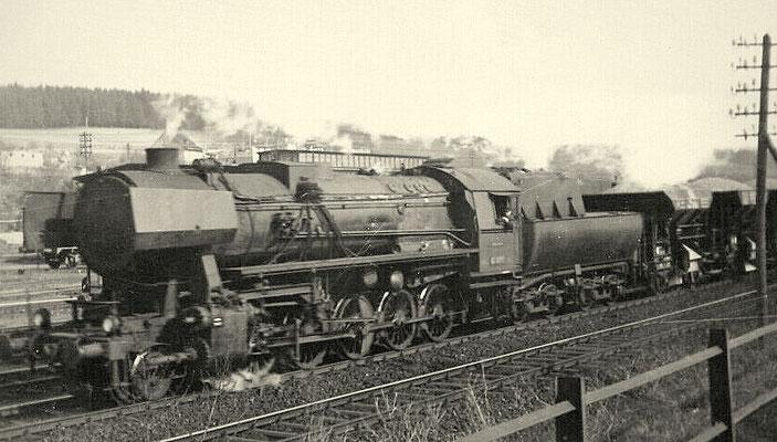 Eichen 1951: Lok 52 vom Bw Betzdorf mit Schotterzug Richtung Hagen