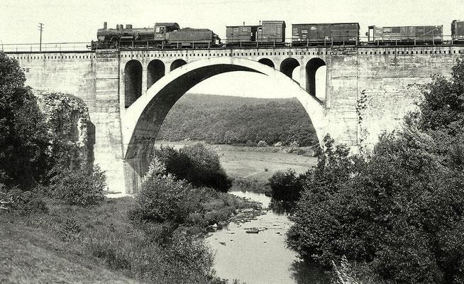 Lok 57 1067 Bw Betzdorf mit Güterzug auf den Dill-Viadukt in Haiger 1934