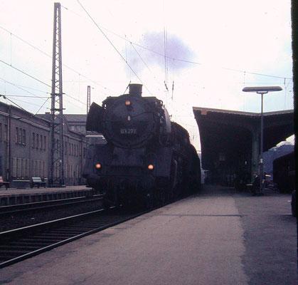An einem Tag in Jahr 1967 erreicht 03 267 vom Bw Köln-Deutzerfeld mit E790 um 14:57 Uhr Siegen, kuppelt ab...
