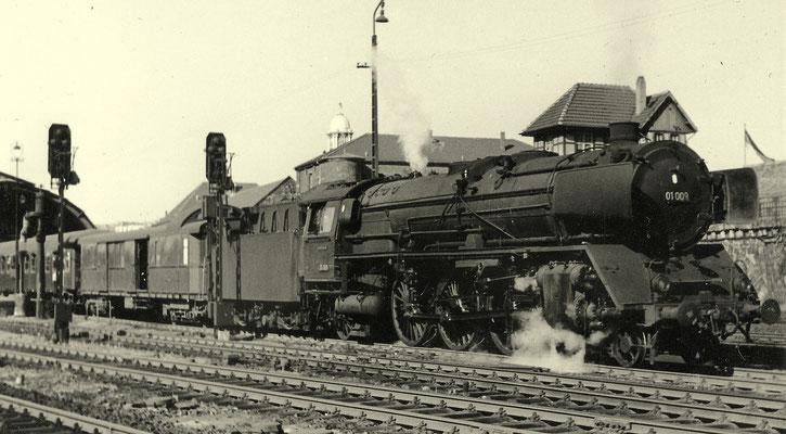 Hagen im Mai 1957: Schnellzug mit 01 009 Bw Hagen-Eck (Aufnahme: Georg Wahl, Ferndorf)