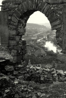 Anfang der 50er Jahre verläßt eine Lok der Baureihe 23 vom Bw Siegen mit einem D-Zug Richtung Hagen den Bahnhof Weidenau (Aufnahme: Eberhard Jung, Weidenau)