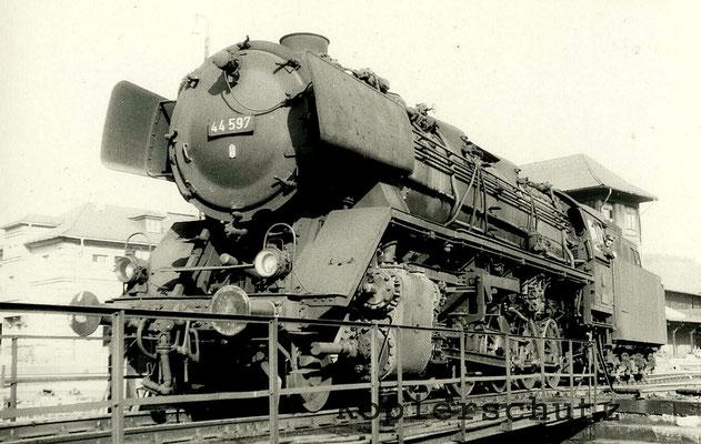 1963: Lok 44 597 auf der Drehscheibe