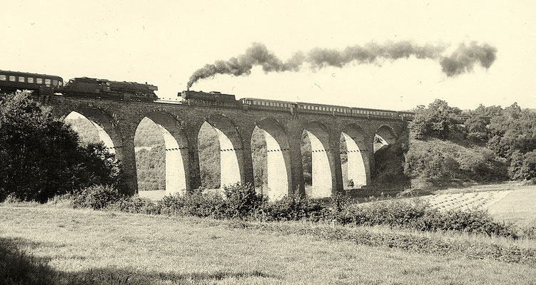 Dillenburger 01 mit D 846 von Kassel über Siegen nach Köln und Siegener 23 mit D 234 Richtung Frankfurt begegnen sich auf dem Rudersdorfer Viadukt am 29.08.1961 (Aufnahme: Gerhard Moll, Vormwald)