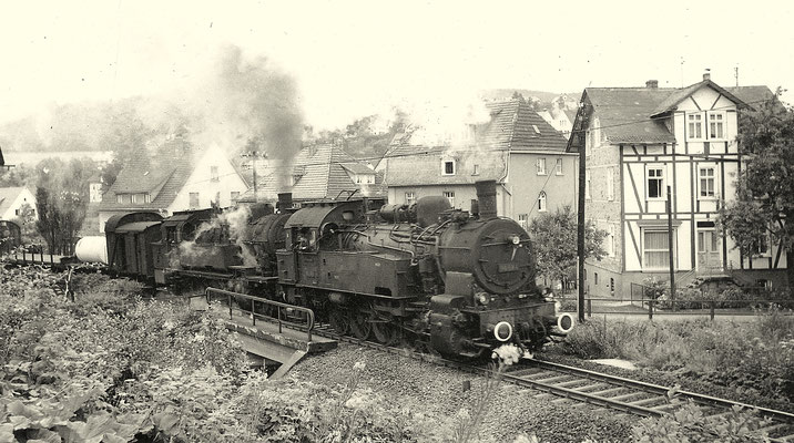 Nahgüterzug 9105 mit Zuglok 93 1123 und Vorspannlok 94 684 bei Hilchenbach im August 1961 (Aufnahme: Gerhard Moll, Vormwald)