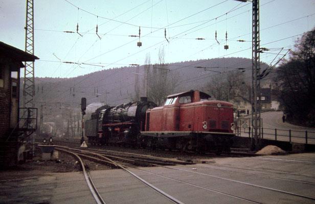 Siegen 1967: V100 1236 Bw Siegen mit einer 44 Bw Betzdorf an der Achenbacher Schranke in Siegen (Aufnahme: Dr. Richard Vogel, Berlin)