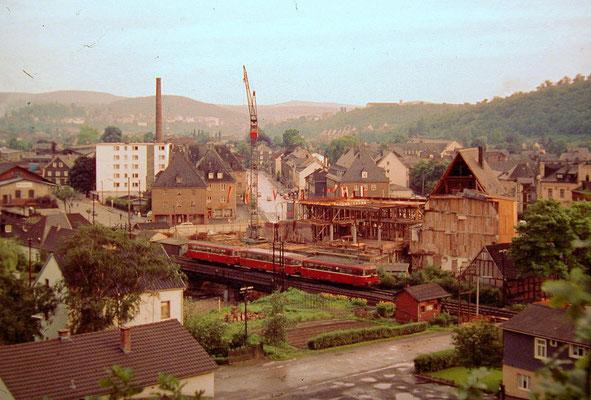 Weidenau 1963: Siegbrücke mit VT98, im Hintergrund wird das Gebäude der Sparkasse Weidenau neu errichtet (Aufnahme: Sammlung Burkhard Schneider, Weidenau)