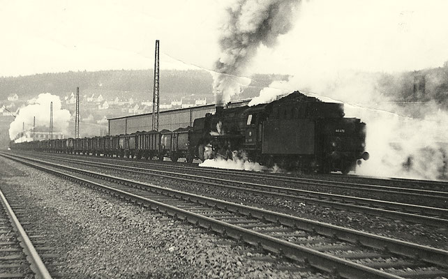 schiebt schweren Kohlezug Richtung Rudersdorfer Tunnel.
