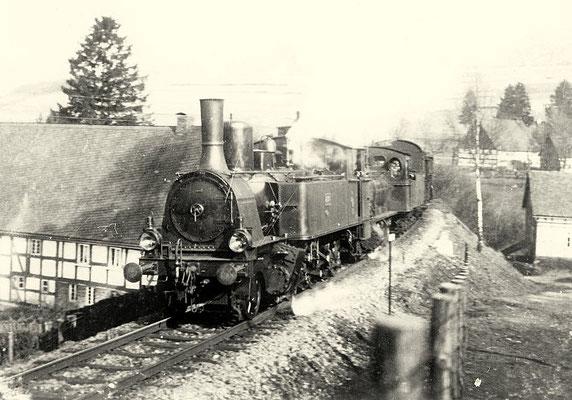 Dieses Bild zeigt eine T5, die in vier Exemplaren für die Rhein-Neckar-Eisenbahn gebaut wurde, als Vorspann eines Güterzzuges auf der Rothaarbahn 1912 (Aufnahme: Sammlung Heimatverein Vormwald)