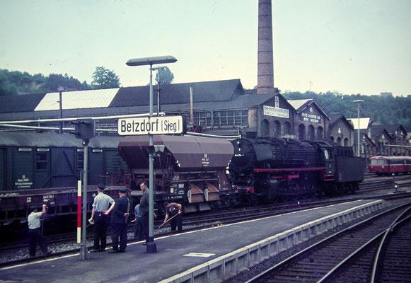 Betzdorf im Juli 1968: Lok 044 254-1 mit Bauzug (Aufnahme: Dr. Richard Vogel, Berlin)