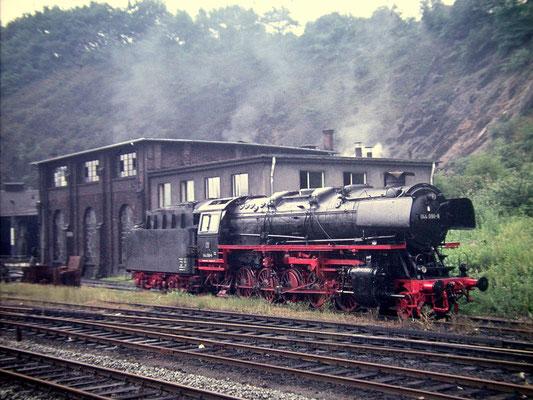 Betzdorf am 24.07.1972: abgestellte Lok 044 096-6 am Bw (Aufnahme: Dr. Richard Vogel, Berlin)
