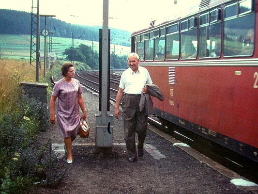Littfeld Bahnhof 1969: VT98 auf der Fahrt von Siegen nach Altenhundem (Aufnahme: Sammlung Burkhard Schneider, Weidenau)