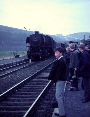 Mudersbach 1966: Personenzug Siegen-Köln mit Lok 44 1596 Bw Siegen (Aufnahme: Dr. Richard Vogel, Berlin)