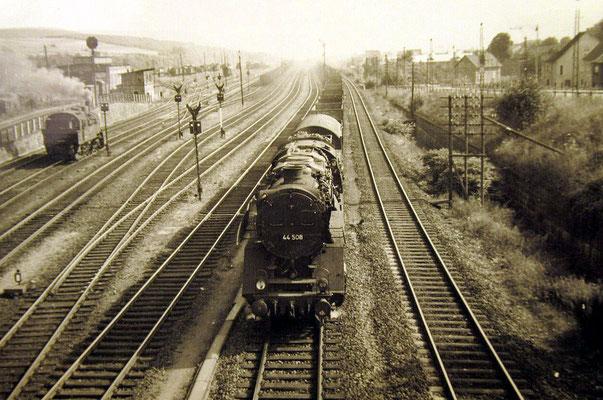 Lok 44 508 durchfahrt den Rangierbahnhof Kreuztal mit einem Güterzug, links eine Lok der Baureihe 94.5