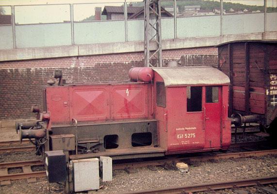 Köf 5275 Bw Siegen rangiert 1967 mit Güterwagen im Bahnhof Siegen 1967 (Aufnahme: Dr. Richard Vogel)