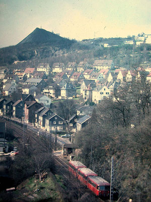 Weidenau 1965: dreiteiliger VT98 auf der Fahrt nach Erndtebrück (Aufnahme: Sammlung Burkhard Schneider, Weidenau)