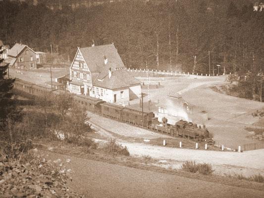 Ein Personenzug Richtung Hilchenbach mit Lok der Baureihe 91 am Bahnhof Stift Keppel Mitte der 20er Jahre (Sammlung Horst Limper, Hilchenbach)