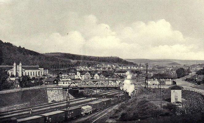 1943: Blick auf die Langenauer Brücke, ein Güterzug wird über den Ablaufberg geschoben