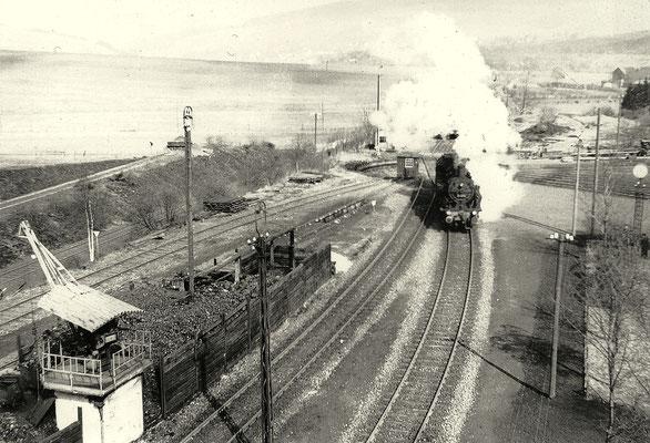 Gerhard Moll hat 1959 Lok 93 999 vom Wasserturm des Bw Erndtebrück abgelichtet