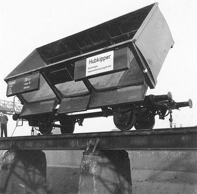 1955: SEAG Hubkipper Omm für die DB, Wagenkasten gekippt (Werkfoto SEAG)
