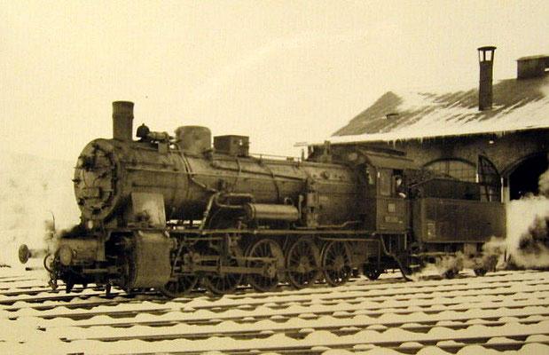 Lok 57 2212 im Bw Erndtebrück 1958