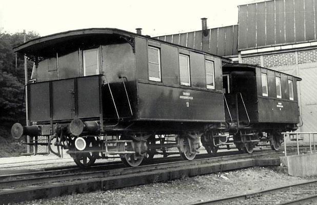 1969: Ein über Jahrzehnte gewohntes Bild: Zwei der kleinen Killing-Personenwagen, die als Begleitwagen für Güterzüge eingesetzt wurden, stehen vor dem Lokschuppen am Bahnhof Eintracht.