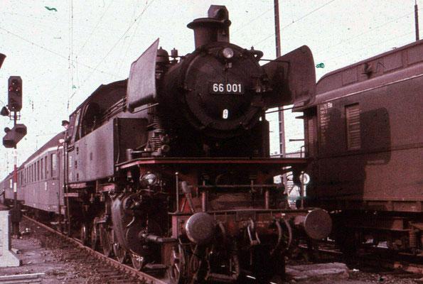 Giessen 1965: Lok 65 001 Bw Giessen mit Schnellzugwagen