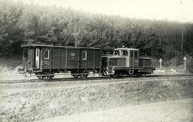 Im April 1960 fährt die neue Diesellok Nummer 4  mit Pckwagen 102 nach Unterwilden (Aufnahme: Carl Bellingrodt, Wuppertal)