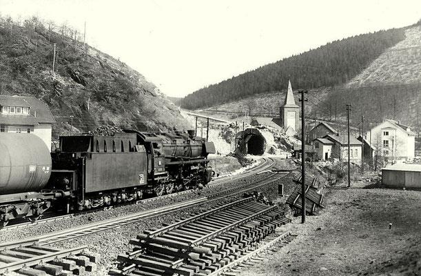 Hofolpe am 17.04.1964: 44 1329 zieht Güterzug Richtung Hagen. Der Hofolper Tunnel wird für die Oberleitung aufgeschlitzt. (Aufnahme: Carl Bellingrodt, Wuppertal)