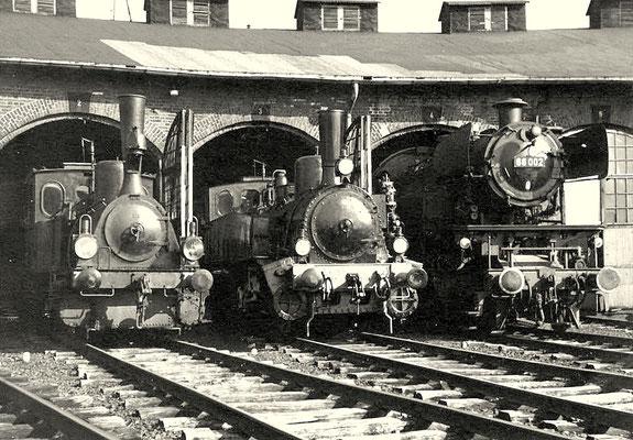Museumsfahrzeuge T3, T9.1 und 66 002 im Schuppen 1969