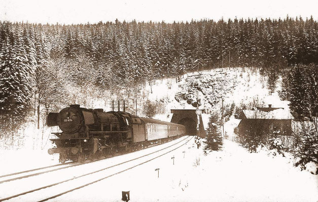 Weschen-Ennest 1960: 03 1076 verläßt mit D84 den Rahbacher Tunnel Richtung Hagen (Aufnahme: Carl Bellingrodt, Wuppertal)