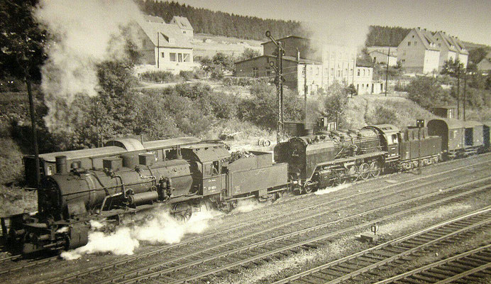 1955: Güterzug mit 57 1806 und 50 346 bei Ausfahrt Richtung Hagen