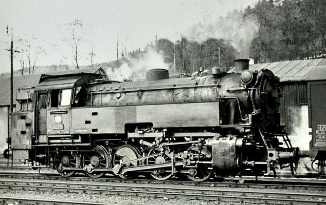 Au am 20.02.1965: Lok 82 021 Bw Altenkirchen mit Güterzug