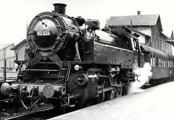 Weidenau 1952: Personenzug nach Siegen mit Lok 82 024 Bw Siegen (Aufnahme: Sammlung Dr. Richard Vogel, Berlin)