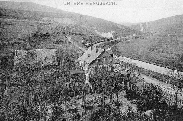 1907: Güterzug in Richtung Eiserfeld, Untere Hengsbach, die noch unbeaute Grabettstrasse und die Sieg neben der Eiserfelder Strasse